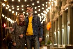 Retrato al aire libre de los pares sonrientes felices hermosos jovenes que presentan en la calle Foto de archivo