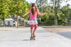 Retrato al aire libre de montar sonriente joven de la muchacha del adolescente skateboar Imagenes de archivo