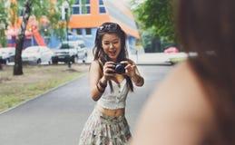 Retrato al aire libre de tres amigos que toman las fotos con un smartphone Imagen de archivo
