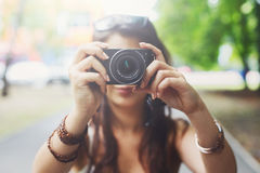 Retrato al aire libre de tres amigos que toman las fotos con un smartphone Imagenes de archivo