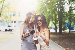 Retrato al aire libre de tres amigos que toman las fotos con un smartphone Fotos de archivo