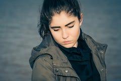Retrato al aire libre de un adolescente pensativo Fotos de archivo libres de regalías