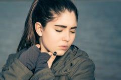 Retrato al aire libre de un adolescente pensativo Imagen de archivo libre de regalías