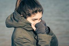 Retrato al aire libre de un adolescente que lleva el abrigo esquimal de color caqui Fotografía de archivo