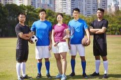 Retrato al aire libre de un grupo de atletas asiáticos jovenes imagen de archivo libre de regalías