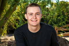 Retrato al aire libre de un hombre joven con el pelo corto Fotografía de archivo