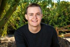 Retrato al aire libre de un hombre joven con el pelo corto Fotos de archivo