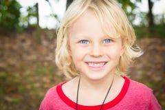 Retrato al aire libre de un muchacho joven feliz Foto de archivo libre de regalías