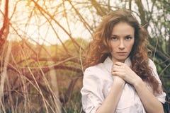 Retrato al aire libre de una muchacha rizada del pelirrojo hermoso fotos de archivo libres de regalías