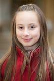 Retrato al aire libre de una muchacha sonriente Foto de archivo libre de regalías