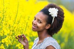 Retrato al aire libre de una mujer afroamericana hermosa joven adentro Fotografía de archivo