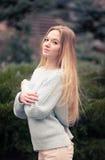 Retrato al aire libre de una mujer bonita joven Imágenes de archivo libres de regalías