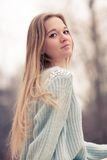 Retrato al aire libre de una mujer bonita joven Imagen de archivo libre de regalías