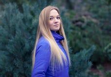 Retrato al aire libre de una mujer bonita joven Imagenes de archivo