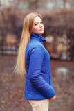 Retrato al aire libre de una mujer bonita joven Foto de archivo libre de regalías