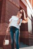 Retrato al aire libre de una mujer feliz hermosa joven en la calle de la ciudad Ropa y accesorios elegantes modelo del verano que Fotos de archivo