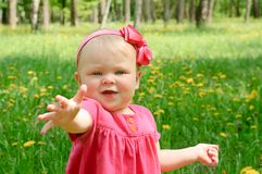 Retrato al aire libre de una niña linda Imagenes de archivo