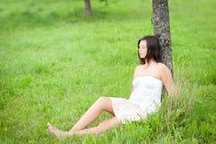 Retrato al aire libre de una reclinación linda adolescente Foto de archivo