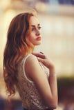 Retrato al aire libre de una señora de moda hermosa joven que presenta en la calle Ropa elegante que lleva modelo Muchacha magníf Imagen de archivo