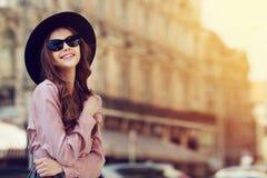 Retrato al aire libre de una señora feliz de moda hermosa joven que presenta en la calle Ropa elegante que lleva modelo Chica Fotografía de archivo libre de regalías