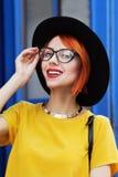 Retrato al aire libre de una señora sonriente hermosa joven que presenta en la calle Accesorios y ropa elegantes que llevan model Imagen de archivo libre de regalías