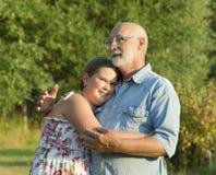 Retrato al aire libre del abuelo con la nieta Foto de archivo libre de regalías