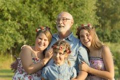 Retrato al aire libre del abuelo con las nietas Imagen de archivo libre de regalías