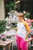 Retrato al aire libre del adolescente bastante pequeño Imagenes de archivo