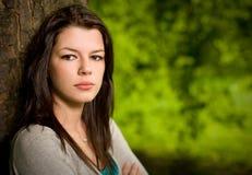 Retrato al aire libre del brunette joven magnífico. Fotografía de archivo