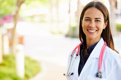 Retrato al aire libre del doctor de sexo femenino