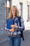 Retrato al aire libre del estudiante con la mochila Foto de archivo
