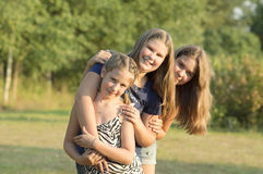 Retrato al aire libre del grupo de adolescentes Fotos de archivo libres de regalías