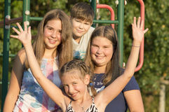 Retrato al aire libre del grupo de adolescentes Foto de archivo
