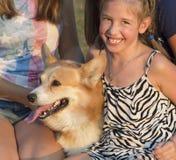 Retrato al aire libre del grupo de adolescentes con el perro Imágenes de archivo libres de regalías
