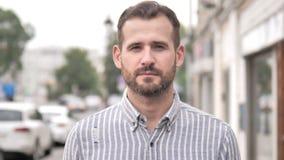 Retrato al aire libre del hombre casual de la barba almacen de metraje de vídeo