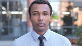 Retrato al aire libre del hombre de negocios africano metrajes