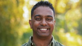 Retrato al aire libre del hombre indio sonriente en verano almacen de video
