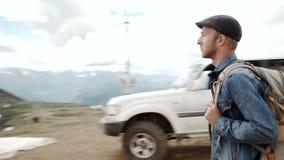 Retrato al aire libre del hombre joven que camina en las montañas, retrato feliz sonriente del varón turístico Deporte extremo almacen de video