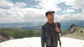 Retrato al aire libre del hombre joven que camina en las montañas, retrato feliz sonriente del varón turístico Deporte extremo metrajes