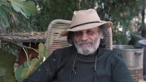 Retrato al aire libre del hombre mayor sonriente en el sombrero 4K almacen de video
