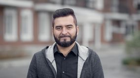 Retrato al aire libre del hombre sonriente hermoso joven con la barba metrajes