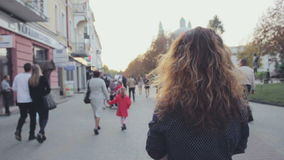 Retrato al aire libre del inconformista de la tarde de la ciudad del verano de la mujer sonriente feliz rubia joven que se divier almacen de video