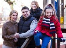 Retrato al aire libre del invierno de la familia con el hijo y la hija Fotos de archivo