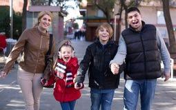 Retrato al aire libre del invierno de la familia con el hijo y la hija Fotos de archivo libres de regalías