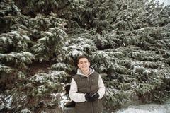 Retrato al aire libre del invierno para el hombre hermoso joven Adolescente hermoso en su chaqueta y chaleco que presentan en una Imagen de archivo