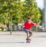 Retrato al aire libre del modo sonriente joven del cortocircuito del montar a caballo del muchacho del adolescente Foto de archivo libre de regalías