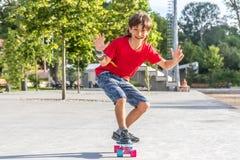 Retrato al aire libre del modo sonriente joven del cortocircuito del montar a caballo del muchacho del adolescente Fotografía de archivo libre de regalías