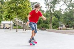 Retrato al aire libre del modo sonriente joven del cortocircuito del montar a caballo del muchacho del adolescente Fotos de archivo libres de regalías