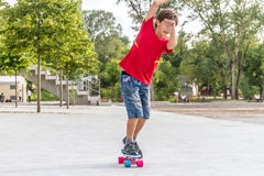 Retrato al aire libre del modo sonriente joven del cortocircuito del montar a caballo del muchacho del adolescente Imagen de archivo