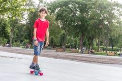 Retrato al aire libre del modo sonriente joven del cortocircuito del montar a caballo del muchacho del adolescente Fotografía de archivo